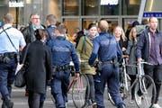 Nach den Anschlägen von Paris markiert die Polizei in der Schweiz verstärkt Präsenz auch in grösseren Bahnhöfen. Im Bild: Beamte der Zürcher Stadtpolizei im Hauptbahnhof am Samstag. (Bild: Keystone/Walter Bieri)