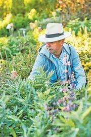 Remo Vetter auf seinem täglichen Rundgang durch den Garten. (Bild: Dave Brüllmann/AT Verlag)