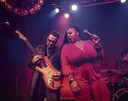 US-Blueserin Annika Chambers bot gestern Abend im «Schweizerhof» ein energiegeladenes Konzert. (Bild: Manuela Koch-Jans (11. November 2017))