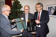 Die Verantwortlichen der Tell-Museumsgesellschaft, Paul Arnold (links) und Erich Herger (rechts), verabschieden Konservator Hans Jörg Kuhn. (Bild Paul Gwerder)