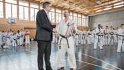 Regierungsrat Franz Enderli gratuliert Karatetrainer Klaus Ming. (Bild: André A. Niederberger (Sarnen, 3. März 2018))