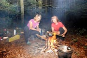Claudia Arnold (links) und Sybille Hänggi kochen am liebsten in der freien Natur. (Bild: Rosemarie Berlinger / Neue NZ)
