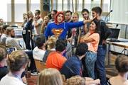 Superman überträgt seine Energie auf die Teilnehmer einer Workshop-Präsentation. (Bild Primus Camenzind)