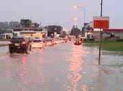 Die Strasse war in einem Baustellenbereich überschwemmt. (Bild: Benno Kälin, TeleZüri)