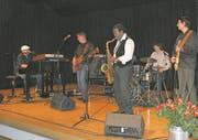 Ludwig Seuss (links) gab mit seiner Band im ausverkauften Gemeindesaal von Ennetbürgen ein Konzert. (Bild: Primus Camenzind (Ennetbürgen, 11. November 2017))
