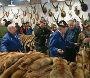Sigi Noser (mit Hut) besucht seit 50 Jahren Pelzfellmärkte. (Bild: Georg Epp (Altdorf, 10./11. März 2017))