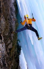 Ueli Steck klettert am Titlis im Gletscher. (Bild: Archiv LZ (Engelberg, 2. März 2006))