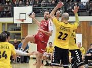 Der Stanser Nikola Perovic (am Ball) wirft neun Tore. (Bild: Urs Hanhart (Altdorf, 10. März 2018))