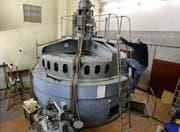 Ariel Lüdi, Besitzer des Hammer-Guts in Cham, in seinem alten Wasserkraftwerk. Die Anlage könnte Strom für rund 200 Haushalte produzieren. (Bild: Stefan Kaiser (Cham, 21.4.2017))