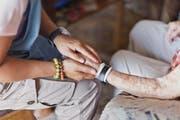 Eine Spitex-Mitarbeiterin betreut eine betagte Person. Künftig könnte auch Pflegepersonal der Spitäler zum Einsatz kommen. (Bild: Gaetan Bally/Keystone (10. Juli 2012))