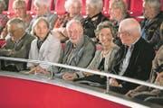 Otto Baumgartner (Bildmitte) verfolgt den Anlass zu seinen Ehren aus der ersten Balkonreihe. (Bild: Roger Zbinden (Buochs, 7. Oktober 2017))