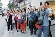 Die Zuger Neugasse bietet viele Bildermotive für die asiatischen Touristen. (Bild: Werner Schelbert (21. Juli 2017))