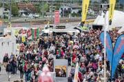 Viele Besucher tummeln sich am Samstag am Publikumsanlass auf dem Festplatz Rynächt beim Nordportal in Erstfeld. (Bild: Keystone)