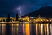 Am Sonntagt kommt es vereinzelt zu Gewittern. Im Bild: Ein Blitzeinschlag im Bahnhof Luzern. (Bild: Leserbild Claude Selig)