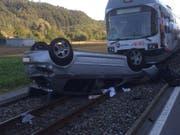 Nach der heftigen Kollision mit dem Regionalzug blieb das Auto auf dem Dach liegen. (Bild: Kantonspolizei Aargau)