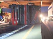 Der Lastwagen kam auf der Seite liegend zum Stillstand. (Bild: Kapo Aargau)