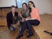 Sie ging als Gewinnerin aus der Versammlung hervor: Präsidentin Romy Frey (Mitte) mit Vizepräsidentin Erika Walther (links) und dem neuen Vorstandsmitglied Tatiana Wiese. (Bild Romano Cuonz)