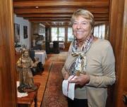 Maria Schilliger ist als Gastgeberin in der «Sagi» nie ohne ihr Serviertüchlein unterwegs. (Bild: Edith Meyer)