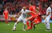 Valeriane Gvilia (am Ball) setzt sich im Länderspiel gegen Wales gegen Gareth Bale durch. (Bild: Stu Forste/Getty (Cardiff, 9. Oktober 2016))