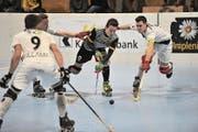 Der Urner Tim Aschwanden (am Ball) kämpft sich gegen Diessbach durch die gegnerische Verteidigung. (Bild: Urs Hanhart)