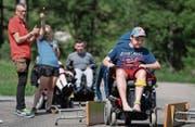 Ben absolviert die Stafette im Rollstuhl. Als «Stoppuhr» dient eine Wunderkerze. (Bild: Corinne Glanzmann (Melchtal, 18. Juli 2017))