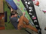Will hoch hinaus: Nicolas Borer ist einer von vielen, die in der Boulderhalle des Vereins Granit Indoor ihrem Hobby nachgehen. (Bild: Urs Hanhart (Schattdorf, 28. Dezember 2017))