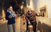 Romy Hüppi (links) und Cécile Donzé beim Richten eines Kunstwerks. (Bild: Marion Wannemacher (Lungern, 14. Dezember 2017))