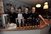 Vier der sechs Jungunternehmer präsentieren ihr Sortiment an Spezialbieren (von links nach rechts): Daia Aschwanden, Pascal Dittli, Nicolas Huwyler und Andreas Walker. (Bild: Urs Hanhart (Altdorf, 22. April 2017))