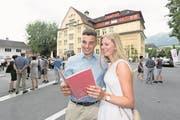 Chiara Achermann und ihr Freund Flavio Gnos werfen stolz einen genauen Blick in das rote Papierdokument. (Bild: Roger Zbinden, Sarnen, 7. Juli 2017)