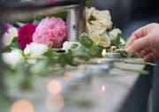 Am Ort des Gewaltverbrechens werden Kerzen angezündet und Blumen niedergelegt. (Bild: AP/Sebastian Widmann)