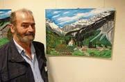 Der Bauernmaler Hans Müller vor einem seiner Bilder (Bild: Paul Gwerder)