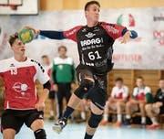 Startete mit Emmen mit einem knappen 32:30-Erfolg über Herzogenbuchsee in die Saison: Rückraumspieler Luka Ravlija (am Ball). (Bild: Corinne Glanzmann (Emmen, 10. September 2017))