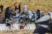 Experten untersuchen das Wrack-Teil des abgestürzten Helikopters. (Bild: KEYSTONE/Ti-Press/Samuel Golay)