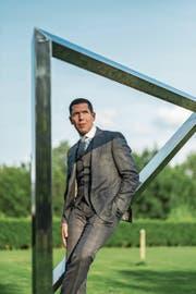 Globus-Chef Thomas Herbert posiert im Garten des Gottlieb-Duttweiler-Instituts in Rüschlikon. Er will den digitalen Wandel noch stärker vorantreiben. (Bild: Dominik Wunderli (Rüschlikon, 7. September 2017))