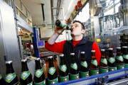 Braumeister Urs Rüegg genehmigt sich schon einmal einen Schluck des WM-Biers. (Bild Werner Schelbert)