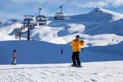 Snowboarder fahren auf der Melchseefrutt von der Erzegg in Richtung Distelboden. (Archivbild Philipp Schmidli)
