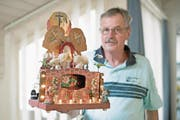 Josef Schmidiger mit dem Modell des Hergiswiler Heiliggrabes. (Bild: Corinne Glanzmann (Hergiswil, 12. April 2017))