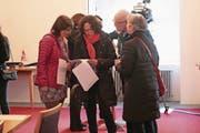 Nicole Wildisen (v.l.) und Ruth Koch analysieren Wahlresultate zusammen mit Guido und Claudia Dillier. (Bild: Roger Zbinden (Sarnen, 4. März 2018))