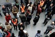 Die Geduld der Reisenden wird auf die Probe gestellt: Sie benötigen Informationen über alternative Zugverbindungen. (Symbolbild / Keystone / Peter Klaunzer)