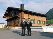 Die Ehrenpräsidenten Josef von Holzen (links) und Adolf Vogel vor dem Trachtenhaus Buochs. (Bild: PD)