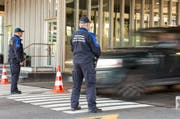 Das Grenzwachtkorps lässt ein Auto passieren. (Bild: Gaetan Bally / Keystone)