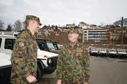 Oberst Franz Gander (rechts) im Gespräch mit seinem Stellvertreter Major Pascal Büchler. (Bild: Marion Wannemacher (Oberdorf, 21. Dezember 2017))