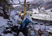 Der tonnenschwere Lastwagen wird mit einem Pneukran aus dem Bach gehievt. (Bild: Geri Holdener/Bote der Urschweiz)