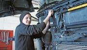 Sandra Husistein an ihrem Arbeitsplatz bei der Firma Zimmermann Transport AG in Buochs. (Bild: Beat Christen (Buochs, 17. März 2017))