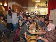 Die Gäste feierten ein letztes Mal in dem Lokal im Bahnhof Stans. (Bild: Kurt Liembd)