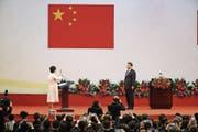 Im Beisein von Xi Jinping schwört Hongkongs neue Regierungschefin Carrie Lam den Amtseid. (Bild: Jerome Favre/Keystone (Hongkong, 1. Juli 2017))