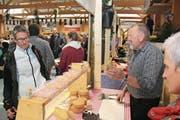 An zahlreichen Ständen konnten die Gäste den feinen Alpkäse direkt vom Hersteller probieren und kaufen (Bild: Paul Gwerder)