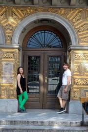 Kurze Ruhepause vor dem grossen Auftritt: Maria und Fränggi Gehrig vor dem Eingang des Theaters Uri. (Bild Florian Arnold)