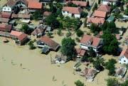 Rund neunzig Prozent der Stadt Obrenovac rund 30 Kilometer südwestlich von Belgrad wurden überflutet. (Bild: Keystone)