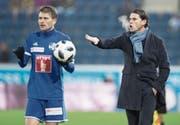 FCL-Linksverteidiger Claudio Lustenberger will einwerfen, Trainer Gerardo Seoane (rechts) nutzt diese Zeit für Anweisungen. (Bild: Boris Bürgisser (Luzern, 3. Februar 2018))